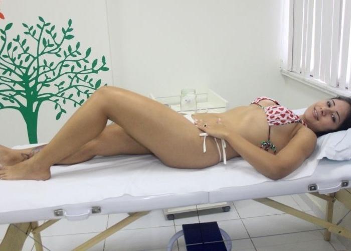 Ex-BBB Jakeline faz tratamento de carboxiterapia para flacidez e envelhecimento de pele, em clínica de estética em Copacabana, no Rio de Janeiro (13/4/12)