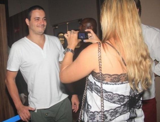Ex-BBB Rafa, da 12ª edição do reality, dá atenção a fã durante festa realizada no Sete Bar & Restaurante, em Itaboraí, no Rio de Janeiro (26/4/12)