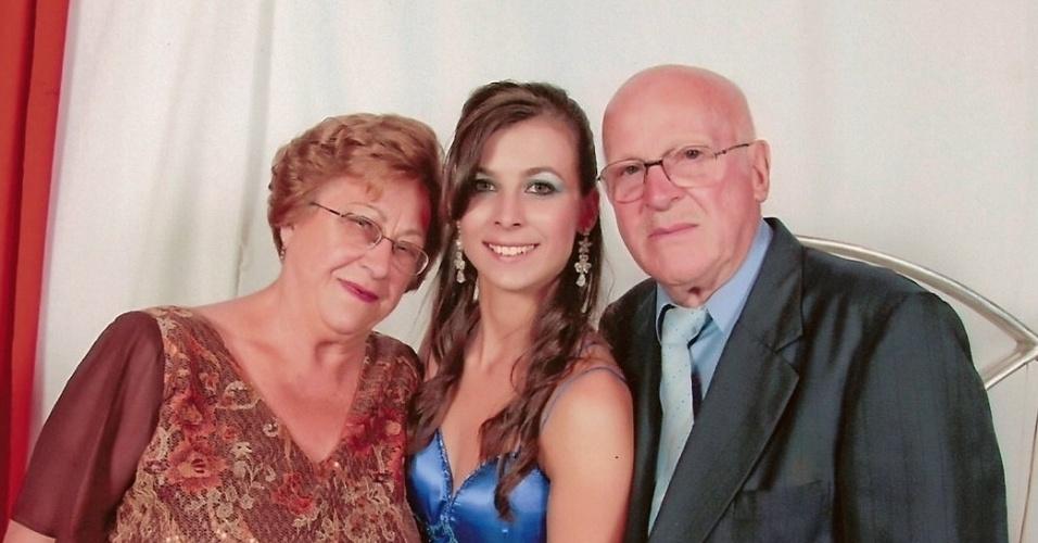 Franciele Regina Pauleti, de Vacaria (RS), envia foto ao lado da avó Nercy Gobatto e do avô Tranquilino Gobatto.