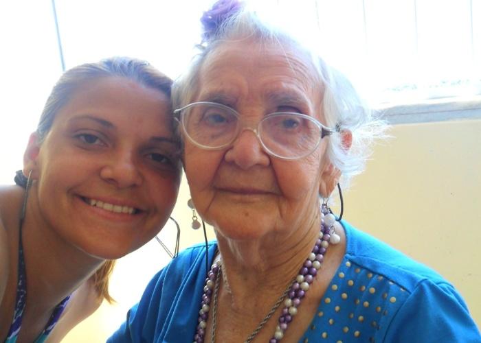 """Gabriela Mendes registrou momento ao lado da avó Josefa durante sua viagem a Fortaleza. """"Vovó, sua voz doce, seus conselhos fenomenais e sua dedicação incondicional foram a maior contribuição para que eu fosse o que sou hoje. Te amo, minha linda vovó!""""."""