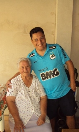 Glaucio Marcio Rodrigues posa ao lado de sua avó Manuela Aparecida Gonçalves; eles são de Santo Antônio de Posse (SP).