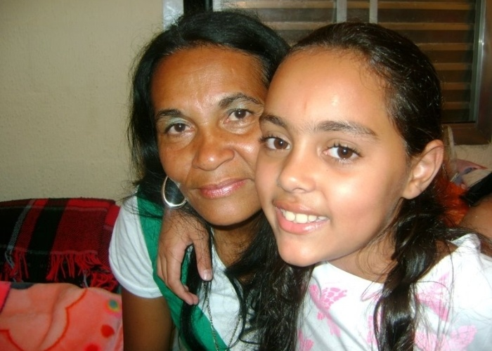 """Larissa Candida da Silva Januário posa ao lado da avó Lucidalva Candida da Silva. """"Quero mostrar pra todo mundo o quanto ela é importante pra mim e como é bom ter uma vovó super jovem!""""."""