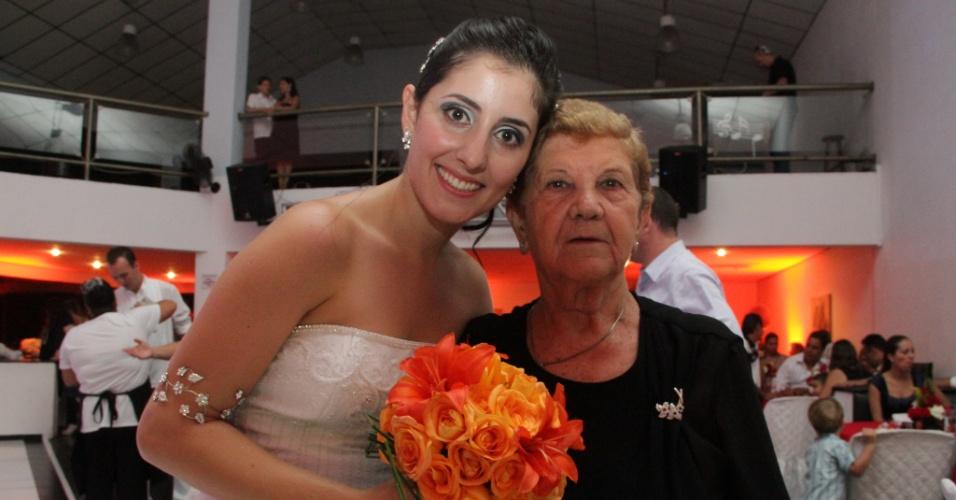 Mônica, de São Paulo (SP), recebe os cumprimentos da avó Anna, no dia de seu casamento.