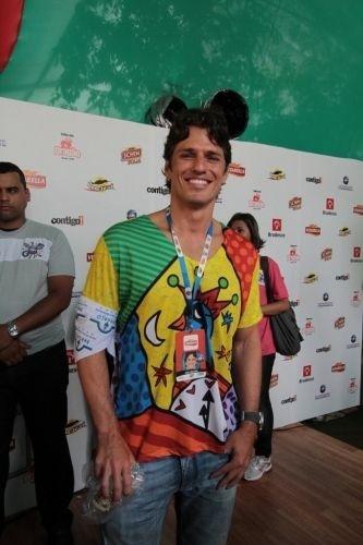 O ex-BBB João Maurício é fotografado no camarote da Globeleza, do Galo da Madrugada (18/2/12)