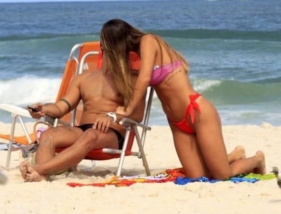 """O ex-BBB Yuri parece ter superado o fim do namoro com Laisa, o goiano apareceu na praia da Barra da Tijuca, no Rio de Janeiro, acompanhado de uma bela morena, neste domingo (6/5/12). Os dois foram flagrados tomando sol e se beijando. Em entrevista ao jornal """"'Extra"""", Laisa disse que ainda sente falta do goiano e que gosta do rapaz"""