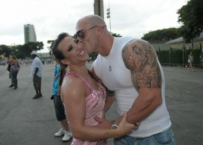 O namorado da ex-BBB Michelly Crisfepe, Carlos Tomaiolo, beija a musa que vai desfilar pela escola Águia de Ouro neste Carnaval (25/1/12)