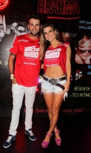 Os ex-BBBs Fernando Justin e Flávia Viana são clicados no Camarote Bar Brahma, na noite do Desfile das Campeãs do Carnaval de São Paulo (25/2/12)