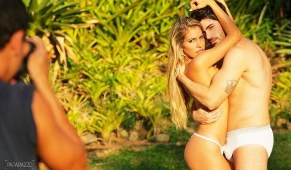 Os namorados e ex-BBBs Rodrigão e Adriana, que participaram da 11ª edição do 'Big Brother Brasil', protagonizam um ensaio bem quente para o site 'Paparazzo'. Apesar de confinados na mesma casa, o casal só assumiu o namoro após a eliminação de ambos, e seguem firme mesmo após 1 ano e dois meses de relacionamento. O ensaio sensual, com pouca roupa e muita 'pegação', faz parte de um especial para o Dia dos Namorados (12/6/12)