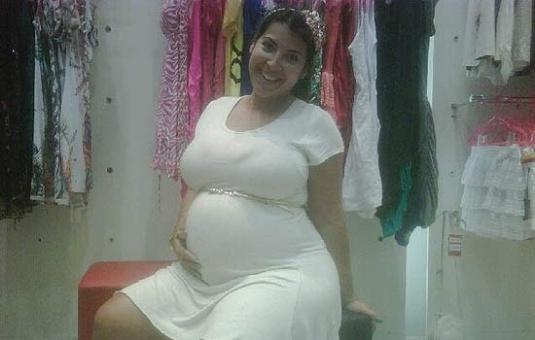 """Priscila Pires mostra o barrigão em foto no Twitter e ironiza: """"E ainda falam que eu menti que estava grávida"""" (1/3/12). A ex-BBB esperava gêmeos, mas, no início da gestação, perdeu uma das crianças. """"O outro bebê era o anjinho do meu filho que veio junto para cuidar dele"""", disse Priscila na época."""