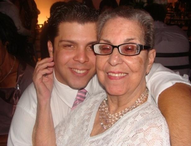 Vinicius D'Avila curte o abraço de sua 'segunda mãe', a avó Perylla Queiroz Ribas D'Avila.