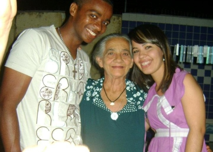 Wéklya Paloma e seu noivo, Adriano Silva, posam ao lado da avó Maria Olindina; eles são de Cajazeiras (PB).