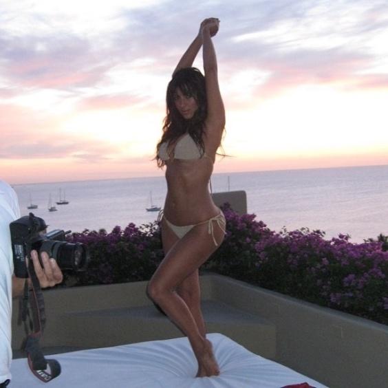 Durante férias no México, Kim Kardashian, 31, usou sua conta no Twitter para divulgar que mesmo sem recursos de Photoshop está com o corpo em dia (11/7/12)