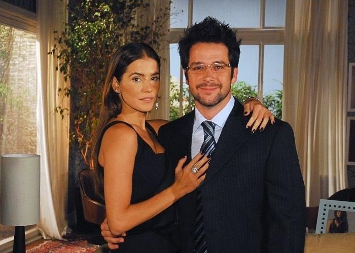 """Elizabeth (Deborah Secco) e Arthur (Murilo Benício) durante intervalo de gravação de """"Pé na Jaca"""" no Projac, zona oeste carioca (2006)"""