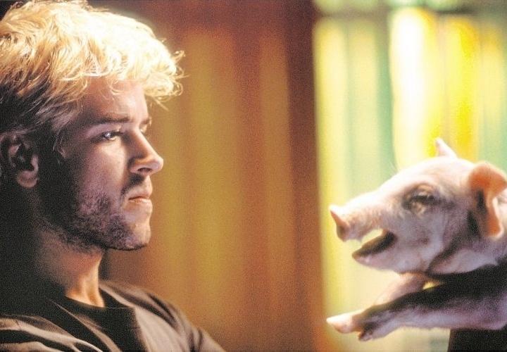 """1.ago.2003 - Murilo Benício com um porco, em cena do filme """"O Homem do Ano"""", de José Henrique Fonseca (1/8/03)"""