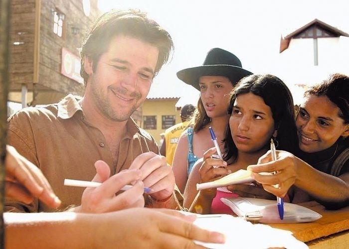 """22.dez.2004 - Murilo Benício dá autógrafos a fãs durante gravações de """"América"""" em Barretos, São Paulo"""