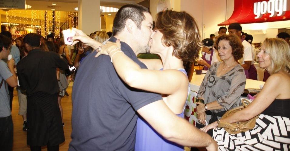23.dez.2009 - Murilo Benício e Guilhermina Guinle se beijam na inauguração de iogurteria da atriz em um shopping do Rio de Janeiro