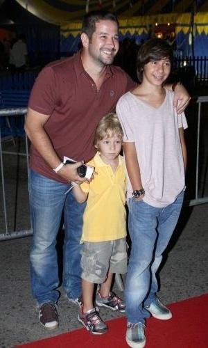 8.jan.2010 - Murilo Benício e os filhos Antônio (dir.) e Pietro (ao centro) posam para fotos antes de apresentação do Cirque du Soleil na Marina da Glória, Rio de Janeiro