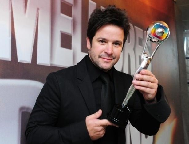 """27.mar.2011 - Murilo Benício exibe seu prêmio do melhores do ano do """"Domingão do Faustão"""" na categoria melhor ator pelo trabalho em """"Ti-Ti-Ti"""""""