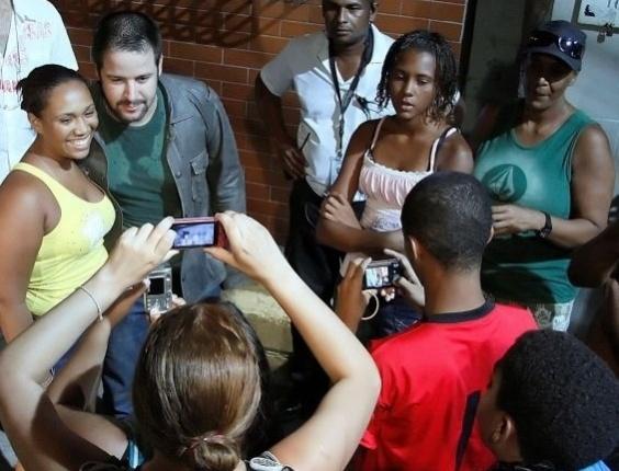 """13.abr.2010 - Murilo Benício posa para fotografia com fãs durante intervalo de gravação da série """"Força-Tarefa"""", da Globo"""
