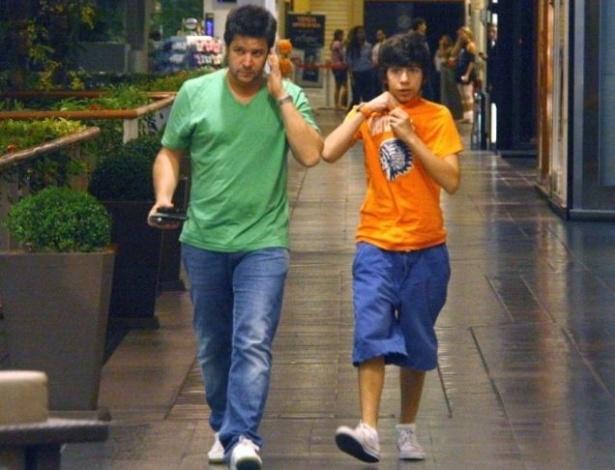 19.mai.2010 - Murilo Benício vai ao cinema com Antônio, de 13 anos, seu filho com a atriz Alessandra Negrini, em um shopping da zona sul carioca