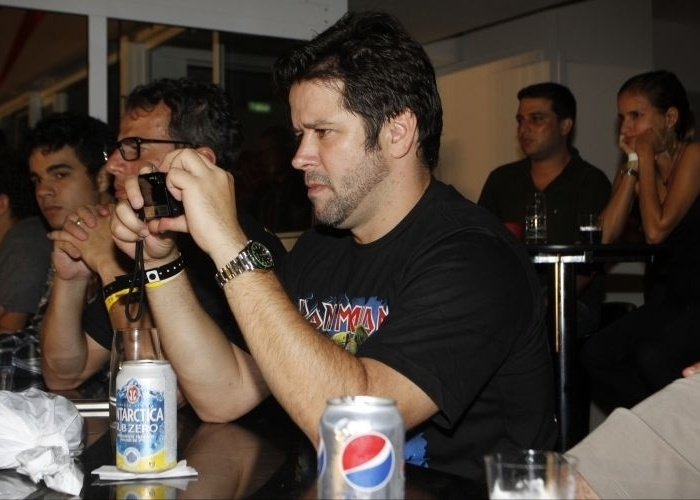 28.mar.2010 - O ator Murilo Benício fotografa durante show da banda Iron Maiden no Rio de Janeiro