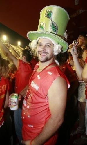 20.fev.2010 - Usando chapéu e peruca, o ator Murilo Benício assiste desfile das campeãs no Sambódromo carioca