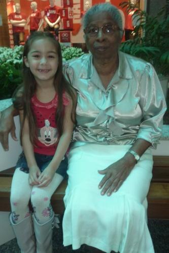 A pequena Emily, de 6 anos, posa ao lado da bisavó, Estelina, que completa 82 anos em outubro de 2012. A foto foi tirada no Shopping Flamboyant, em Goiânia (GO)