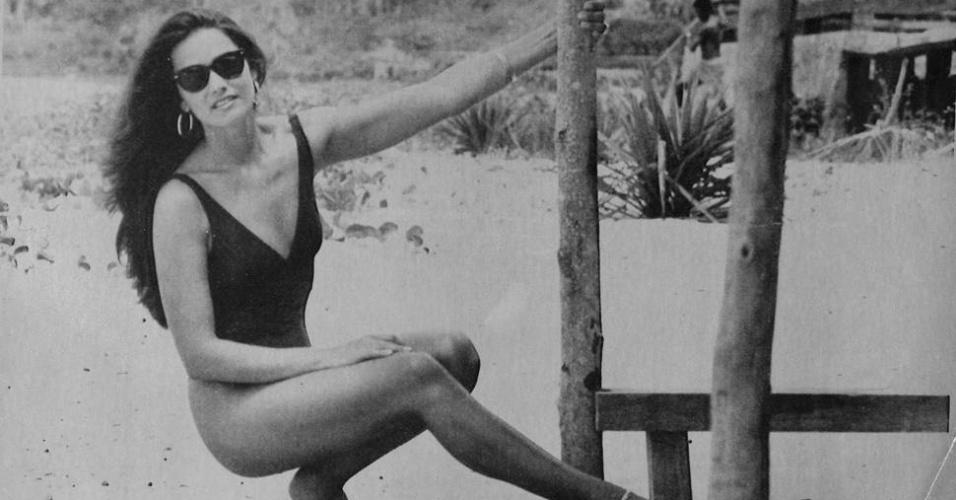 Com maiô comportado, Luiza Brunet se 'estica' na praia em 1990