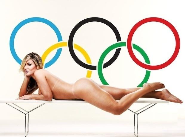 """Depois de sua passagem relâmpago como dançarina de Latino, Andressa Urach já posou para a revista """"Sexy"""" e agora quer se tornar musa das Olimpíadas. Não por acaso, a loira lançou uma oportuna campanha virtual. Para vencer o """"concurso"""", do qual ela é a única candidata, Andressa posou para fotos onde aparece nua com o símbolo dos Jogos Olímpicos ao fundo (18/7/12)"""