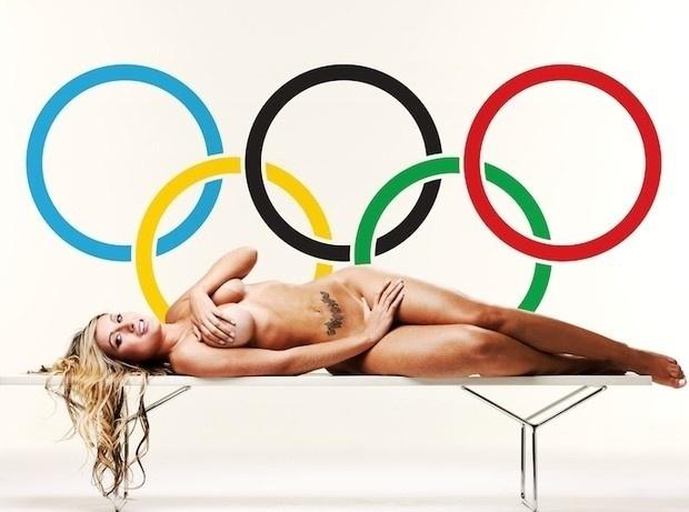 """Depois de sua passagem relâmpago como latinete, Andressa Urach  já posou para a revista ?Sexy? e agora quer se tornar musa das Olimpíadas. Não por acaso, a loira lançou uma oportuna campanha virtual. Para vencer o """"concurso"""", do qual ela é a única candidata, Andressa posou para fotos onde aparece nua com o símbolo dos Jogos Olímpicos ao fundo"""