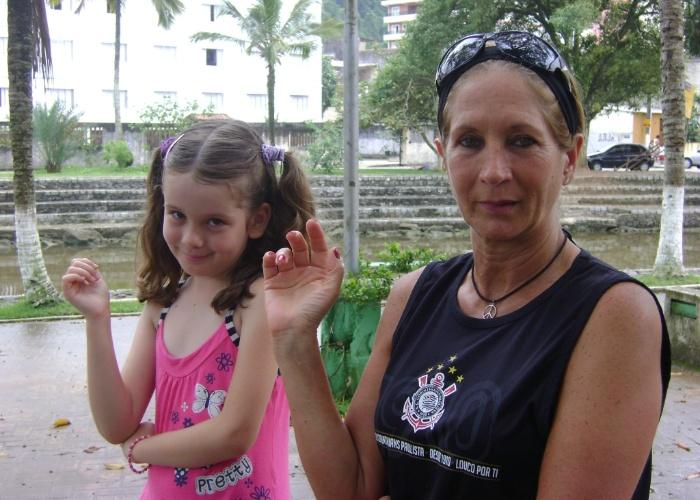 """Em janeiro de 2012, Biana Rabelo, de 7 anos, foi passar férias com a vovó, Teresa Arquino, de 61, na praia de Monguaguá (SP). A mãe da garota, Ivonete, conta que a filha costuma dizer: """"Vovó é muito maluca, mas eu amo ela""""."""