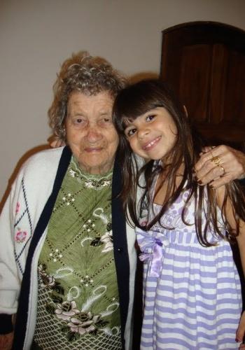 Na image, Maria Fernanda Silva Machado, de 6 anos, aparece ao lado da avó Maria Geralda da Silva, de 92. Quem tirou foi a mãe da garota, Rosalina da Silva, de Jacareí (RJ).