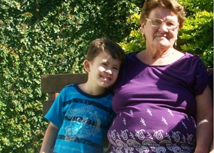 O pequeno Artur posa ao lado da vovó Iolanda. A foto foi tirada em um fim de semana que a avó foi visitar a família em Taubaté (SP).