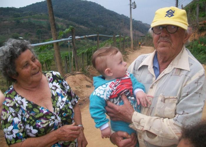 O pequeno Lucas foi motivo de grande alegria na vida do bisavô Manoel José Pires e da bisavó Leovegilda Vieira de Deus Pires. O garoto mora com a mãe, Prisca Carla Pires Zamboni, na cidade de Além Paraíba (MG) e a dupla coruja vive em Contendas (RJ)