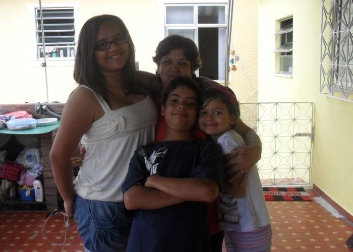 Olha quanto carinho os netos mostram pela vovó Suely: da esquerda para a direita, Mariana, Patrick e Anna Luíza. A foto foi tirada no dia em que Suely completou 66 anos