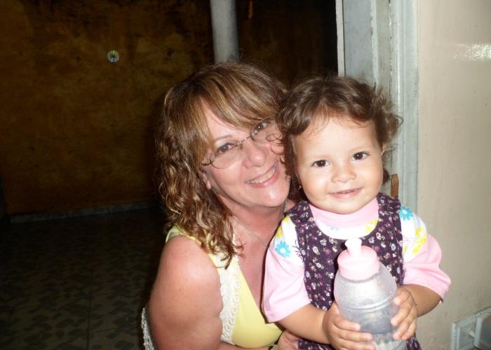 Que gracinha esta foto da netinha Júlia Gomes Pereira ao lado da vovó Ângela Lopes Gomes. Quem enviou a imagem foi Elisângela, mãe de Júlia. Elas são da capital paulista