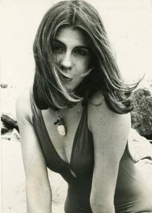 Sandra Brea faz pose de gatinha no final do verão de 1987. A atriz morreu em maio de 2000 no Rio de Janeiro, vítima de um câncer de pulmão.