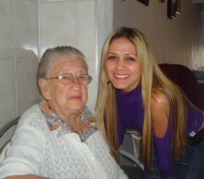 Shirlei Marçal faz uma homenagem à sua vovó Maria Pimentel. A imagem é o registro de uma visita de domingo à casa da matriarca no dia 10/6/12, em São Paulo
