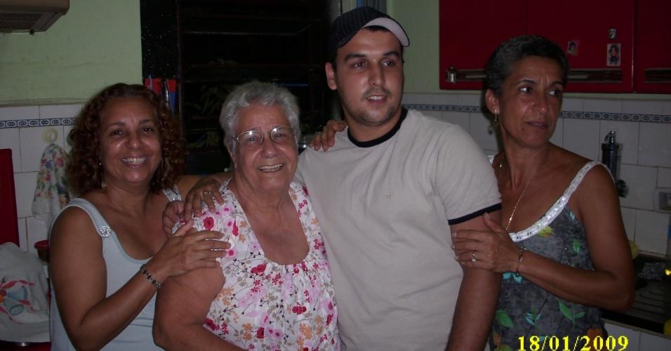 A vovó Dalila recebe o carinho do neto Elder e das filhas Eliete (esq) e Elisabete (dir); eles são de Barra do Piraí (RJ).