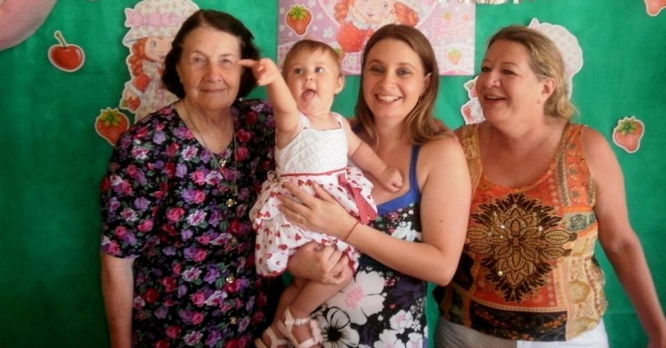 Ariane Fracaro envia foto com sua filha Bárbara ao lado das avó Egelir Fracaro (esq) e da bisavó Lourdes Fracaro; elas são de Cascavel (PR).