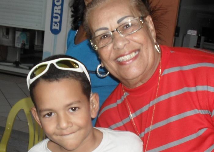 """Davi Araujo Vieira posa ao lado da avó Diva; eles são de Itaboraí (RJ). """"É a DIVA da minha vida"""", brinca o menino."""