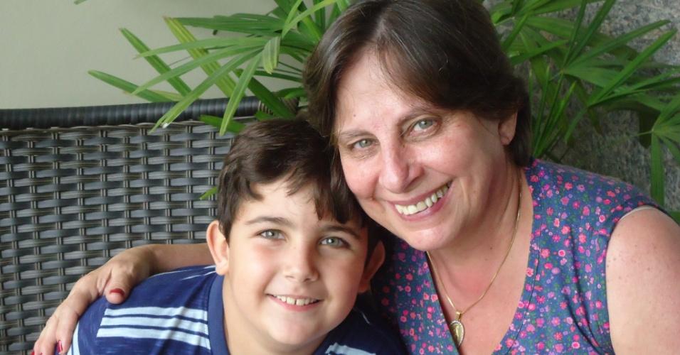 Heitor Reder Elias ao lado da avó Célia Rejane, em Santo Antônio de Pádua (RJ).
