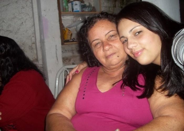 Jaqueline Silveira, de São Paulo (SP), posa ao lado da avó Maria Silveira.