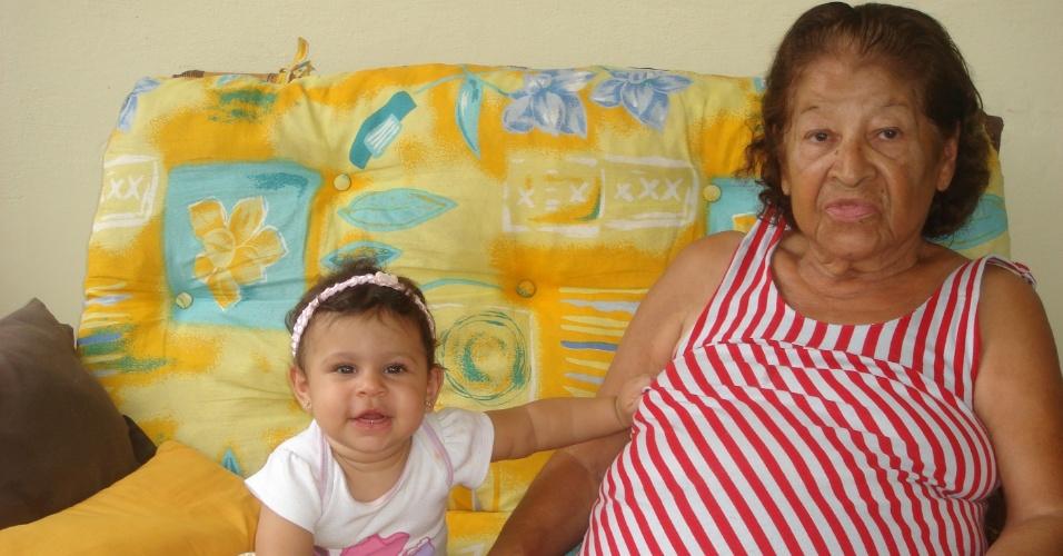 Tatiana, de Salvador (BA), envia foto de sua filha Louise ao lado da bisavó Delza.