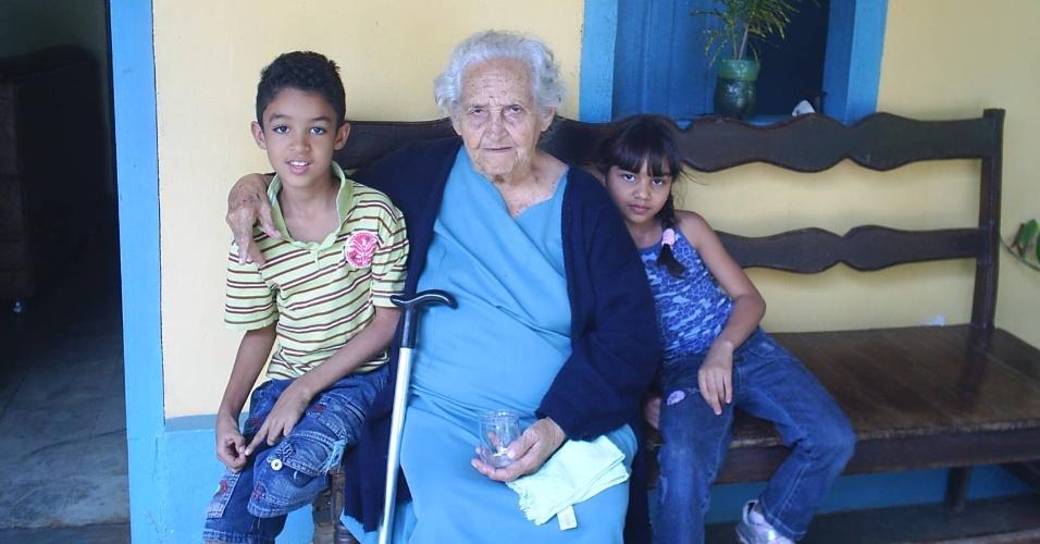 Théo Rodrigues Ribeiro e Emily Rodrigues posam ao lado da avó Maria Gomes Rodrigues, em Pirapora (MG).