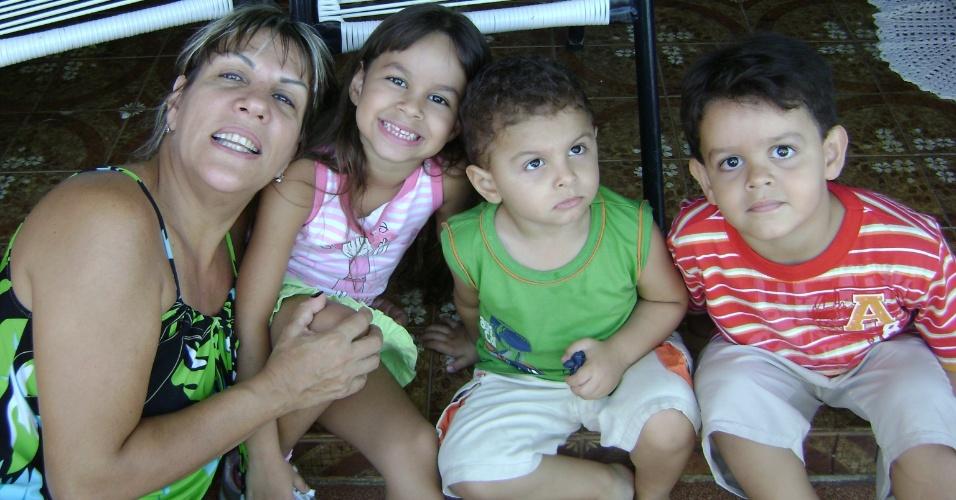 Vovó Eliane Sponton aproveita o carinho dos netos Melissa, Pietro e Enzo.