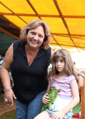 Vovó Mildret D. Bettega posa ao lado da neta Giulliana Bettega.