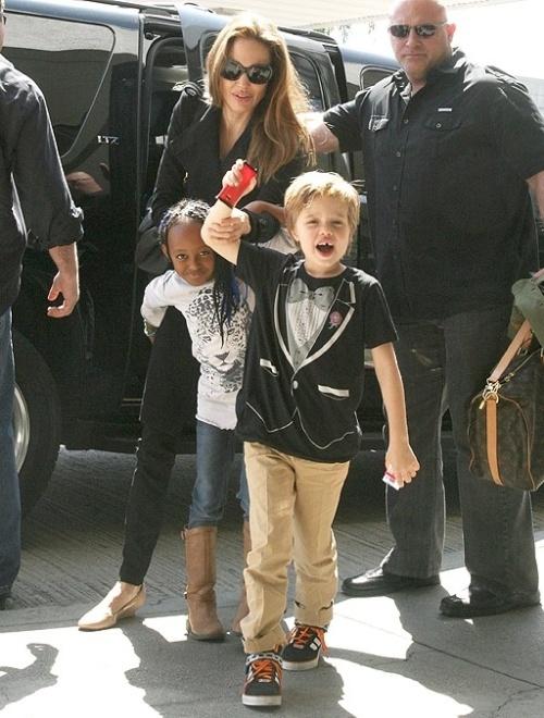 O estilo da pequena Shiloh (à frente), de seis anos, tem causado dor de cabeça a Angelina Jolie, mas não porque a menina gosta de se vestir como um menino, e sim por causa da sogra, mãe de Brad Pitt. Angelina respeita as escolhas da filha e quer que a família faça o mesmo, porém Jane Pitt estaria insistindo em dar para a neta roupas de menina