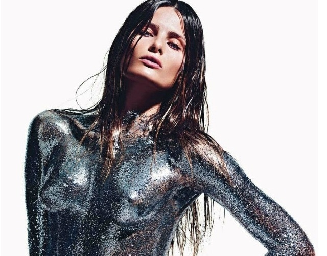 """Isabeli Fontana mostra seu potencial de camaleoa em um editorial da """"Vogue"""" francesa (agosto/2012). Em uma das fotos, a top brasileira aparece com o rosto limpo, seminua e com o corpo coberto de glitter"""
