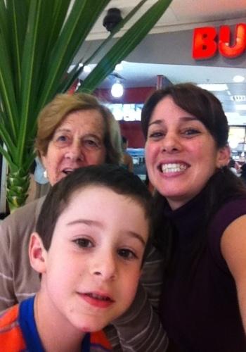 A vovó Catarina S. de Carvalho posa com a neta Erika Pagliaro Mailho e o bisneto Davi.